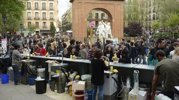 La gran barra vecinal que ocupa la Plaza del Dos de Mayo, expende bebidas a precios populares