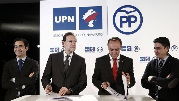 Rajoy y Esparza, presidentes del PP y de UPN, firmando la coalición electoral para el 20-D, junto a Pablo Zalba (izq.) y Óscar Arizcuren (dcha)