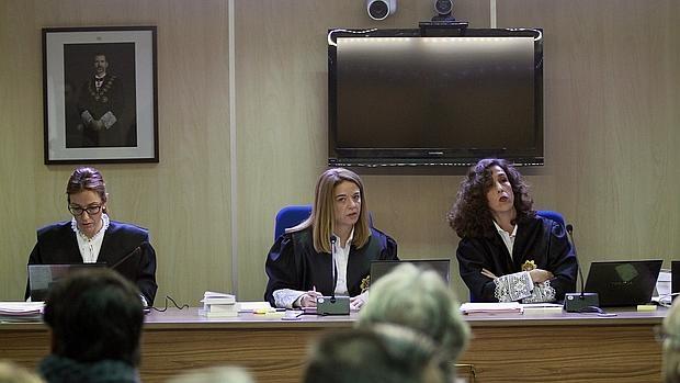 Las juezas de la sección primera de la Audiencia de Palma Rocío Martín, Samantha Romero y Eleonor Moyà