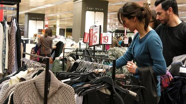 Varios clientes, de compras en El Corte Inglés de Alicante
