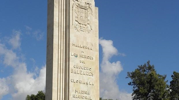 Monumento al crucero Baleares erigido en Palma de Mallorca tras la Guerra Civil