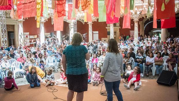 Cientos de personas escuchan a los cuentacuentos en el Palacio del Infantado de Guadalajara