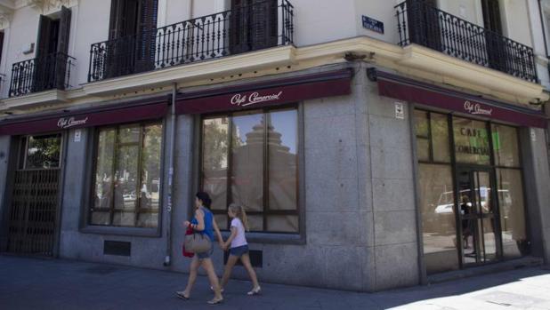 El Café Comercial, en la glorieta de Bilbao de Madrid, empapelado tras anunciar su cierre