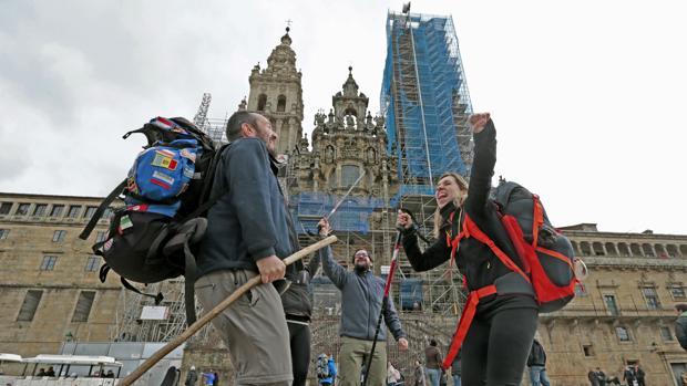 Un grupo de peregrinos celebra la llegada al Obradoiro