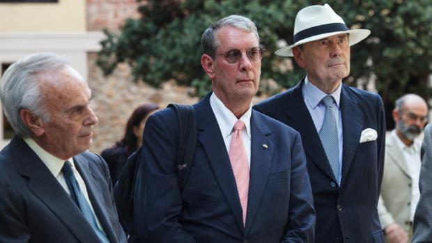 El duques de Soria, carlos Zurita; el presidente de la Asociación Internacional de Hispanistas, David T. Gies y el escritor y diplomático Santiago de Mora-Figueroa