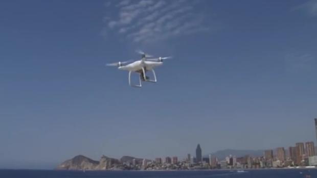 Imagen del dron que sobrevuela las playas de Benidorm