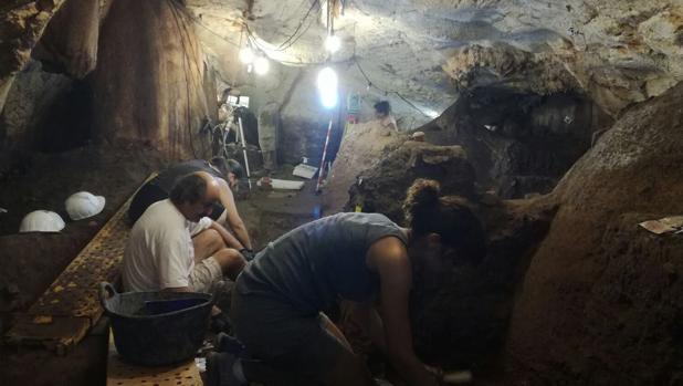 El equipo de arqueológos, durante las excavaciones