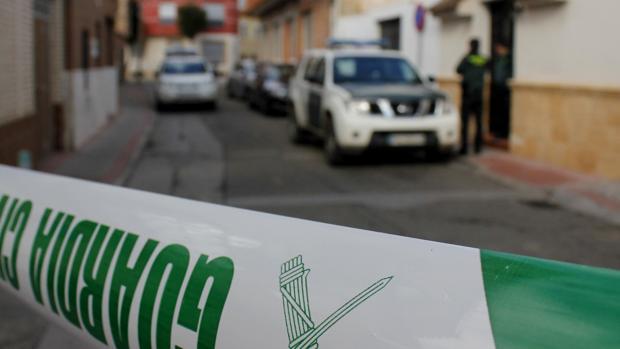 La Guardia Civil, delante de la puerta de la vivienda donde ocurrió el crimen