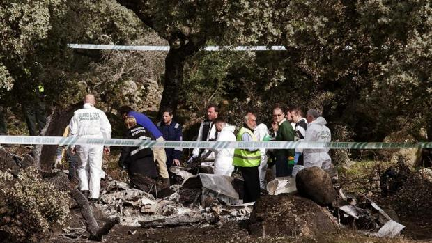 Equipos policiales y judiciales junto a los restos de la aeronave