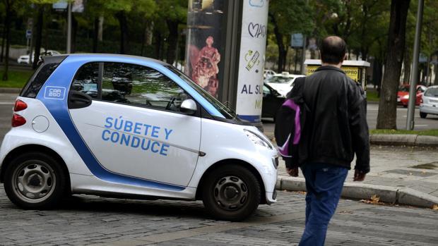 Un Smart de Car2go circula por una calle madrileña en una imagen de archivo