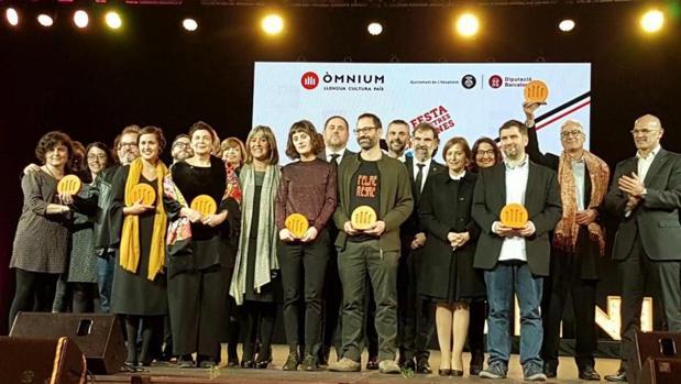 Foto de familia de los galardonados en la noche de las letras catalanas