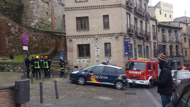 Bomberos de Toledo con la escalera con la que han colaborado con la Policía Nacional