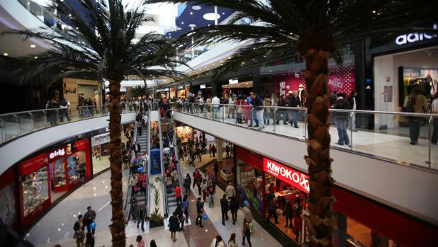Afluencia de compradores en el centro comercial compostelano de As Cancelas