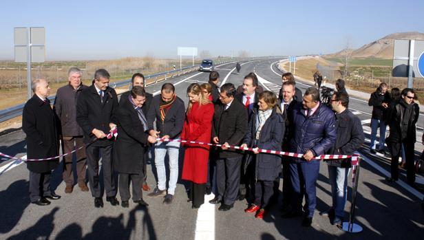 El presidente de Castilla-La Mancha corta la banda como símbolo de la inauguración de la vía