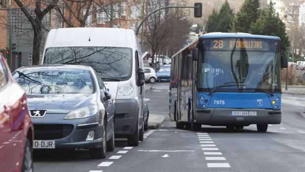 Un autobús invade el carril-bici de la calle de Francisco Villaespesa, ayer por la mañana
