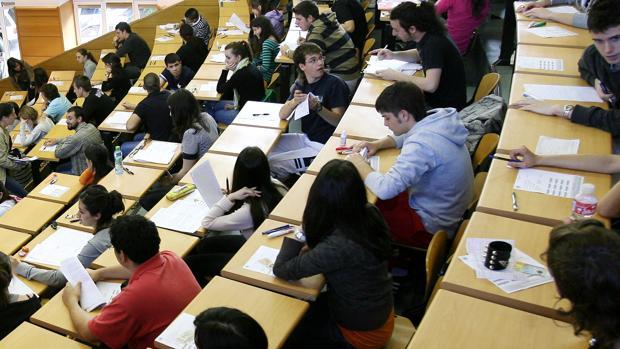 Alumnos durante uno de los exámenes de selectividad en una imagen de archivo