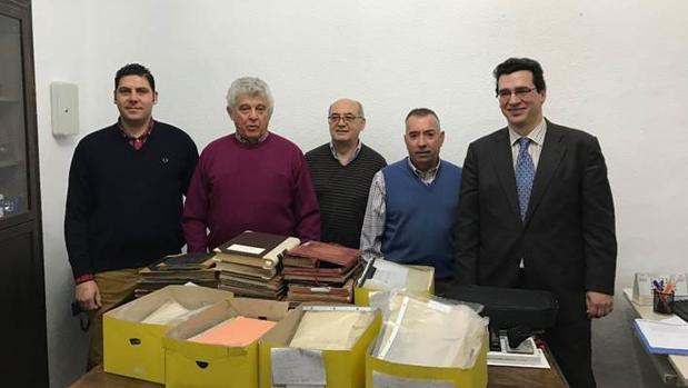 Integrantes de la sociedad recreativa de Mora, durante la entrega de los documentos en el Archivo