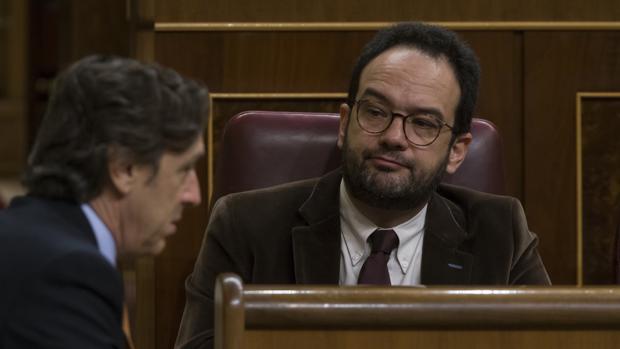 El portavoz socialista, Antonio Hernando, observa al portavoz popular, Rafael Hernando, en la última sesión de control al Gobierno en el Congreso