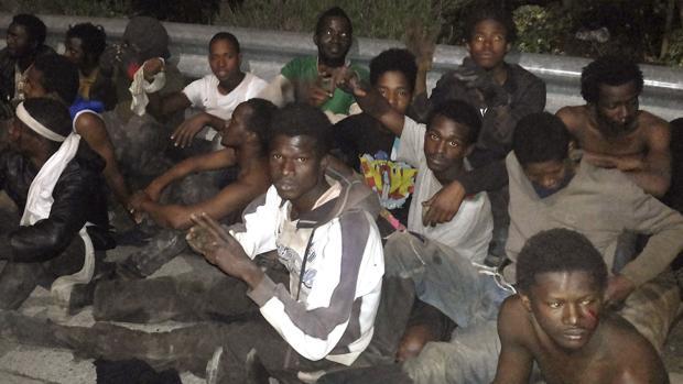 Inmigrantes saltan la valla de Ceuta