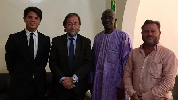 Autoridades de España y docente de castellano con el represetante de la Universidad Cheick Anta Diop de Dakar