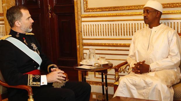 Su Majestad el Rey departe con el embajador de la República del Senegal, Mamadou Sow