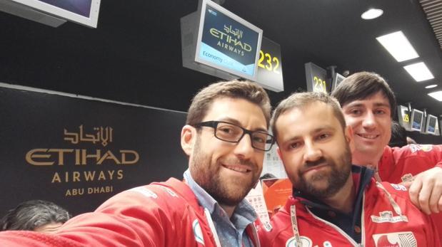 Daniel Romero, Andrés Zafrilla y Víctor Parrilla, esta mañana en el aeropuerto de Madrid-Barajas antes de embarcar en un avión rumbo a Nepal