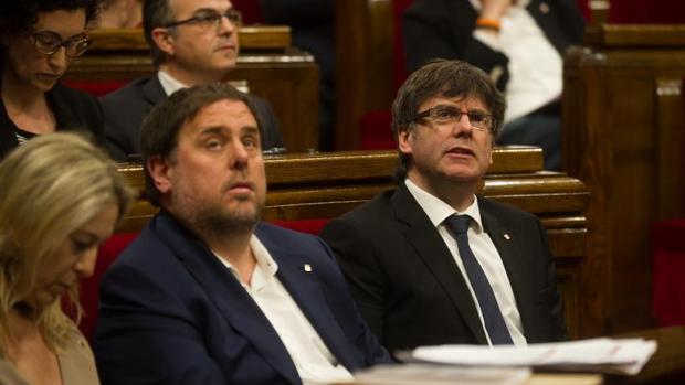 Oriol Junqueras y Carles Puigdemont el pasado mes de marzo en el Parlament de Cataluña