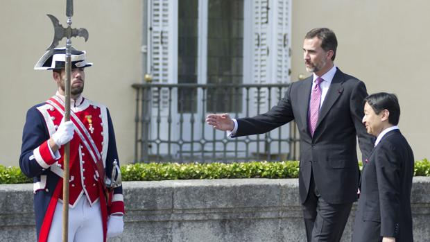 Don Felipe recibe al emperador Naruhito en el Palacio del Pardo en 2013