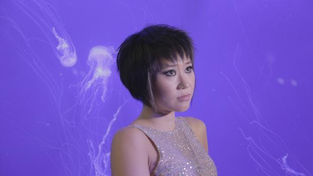 La pianista Yuja Wang, con medusas detrás