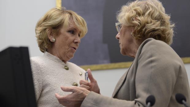 Esperanza Aguirre conversa con Manuela Carmena, durante un Pleno en Cibeles