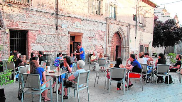 Terraza en la plaza del arzobispo Pedro Tenorio, en el casco antiguo de Talavera de la Reina