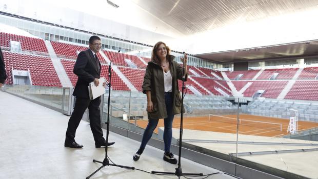 Carlos Sánchez Mato y Celia Mayer, durante un acto en la Caja Mágica