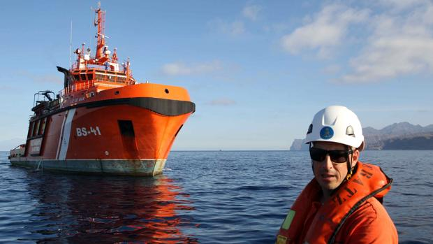 Uno de los barcos de Salvamento Marítimo durante una de sus labores de vigilancia