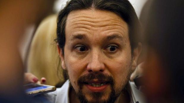 Pablo Iglesias atiende a los periodistas en los pasillos del Congreso
