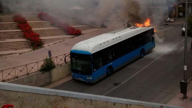 El autobús en llamas