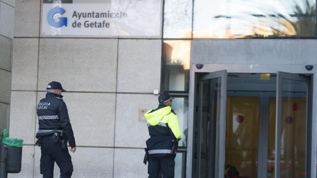 Dos policías locales, en la puerta del Ayuntamiento de Getafe