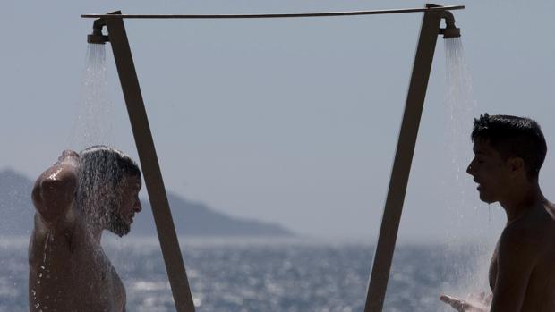 La playa será el refugio de muchos gallegos, como el de estos jóvenes este jueves en Samil (Vigo)