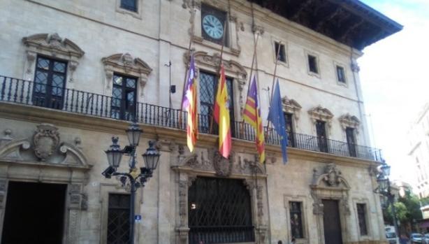 Banderas a media asta en el ayuntamiento de Palma de Mallorca
