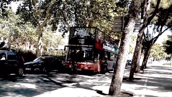Momento en el que los jóvenes atacaron el bus turístico