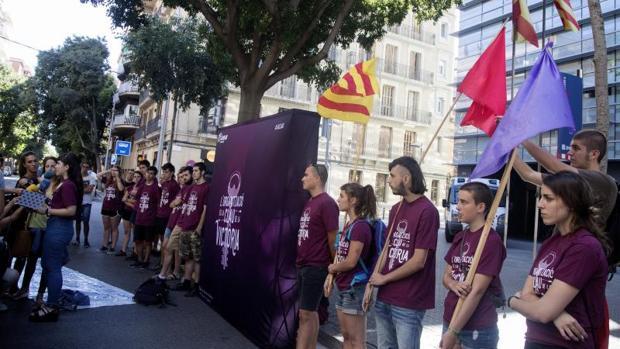 Miembros de Arran protestando frente a una comisaría de los Mossos