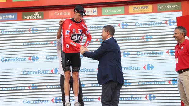 El presidente entrega el maillot rojo de líder al ciclista británico Chris Froome (Team Sky)