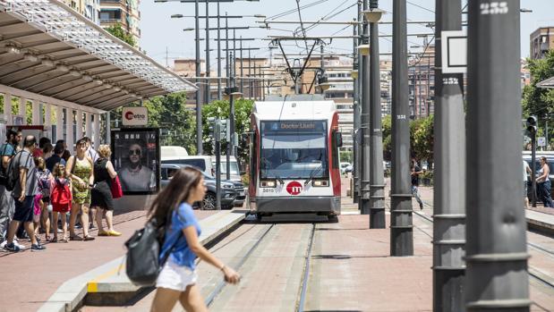 Imagen de una de las unidades del tranvía de la red del Metro de Valencia