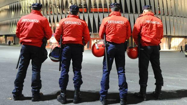 Agentes de la Ertzaintza, frente al estadio de San Mamés