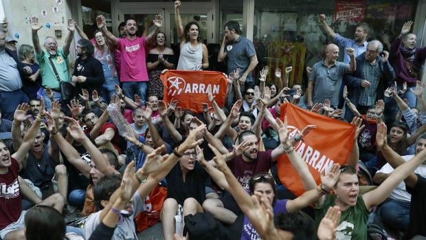 Simpatizantes de la CUP, la semana pasada ante la sede del partido en Barcelona
