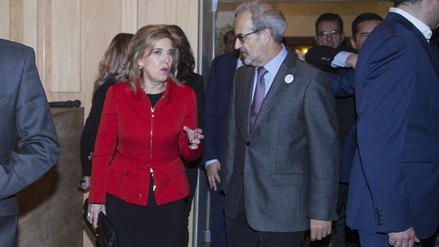 La delegada del Gobierno, María José Salgueiro, y el rector de la Usal, Daniel Hernández Ruipérez, en una imagen de archivo