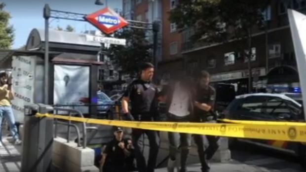 Agentes sacan del Metro de El Carmen a uno de los detenidos por la reyerta