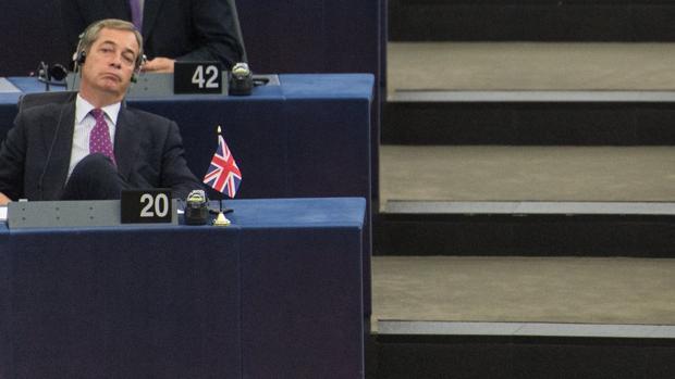 Farage, durante la sesión parlamentaria en Bruselas ayer