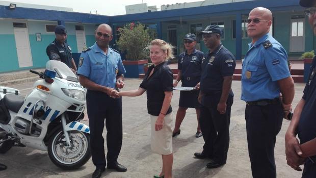 La embajadora de España en Cabo Verde, Caridad Batalla, entrega motos de la Guardia Civil