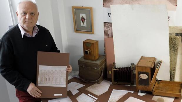 Rafael Solaz muestra fotografías del álbum más antiguo de España
