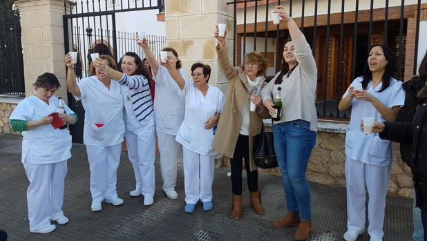 Trabajadoras de la residencia de Campo de Criptana celebran el premio